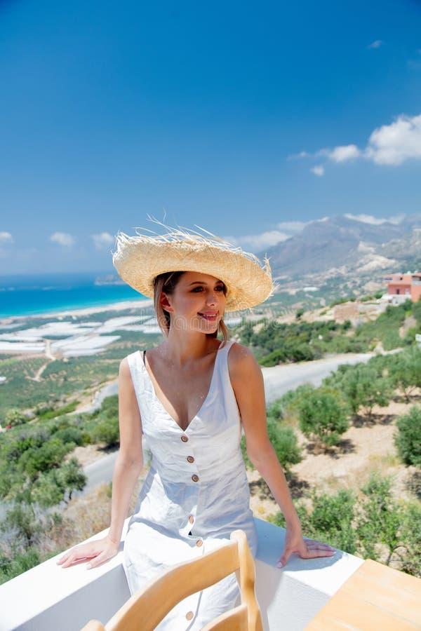 De vrouw stelt op olijftuin en overzeese kustachtergrond royalty-vrije stock afbeelding