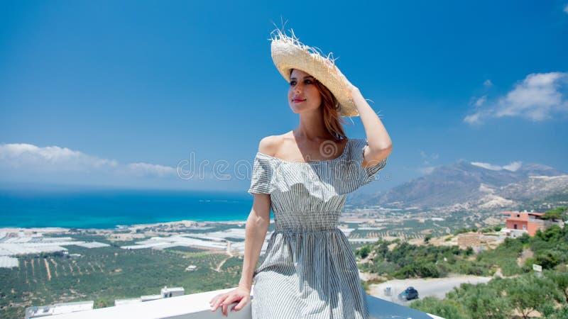 De vrouw stelt op olijftuin en overzeese kustachtergrond royalty-vrije stock foto