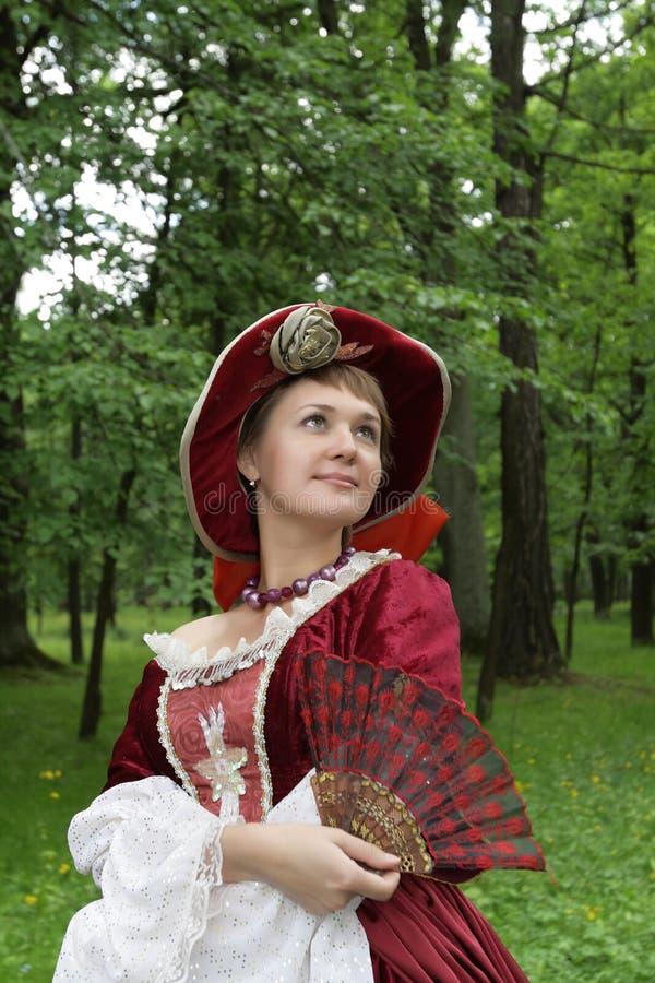 De vrouw stelt in rode kleding stock afbeeldingen