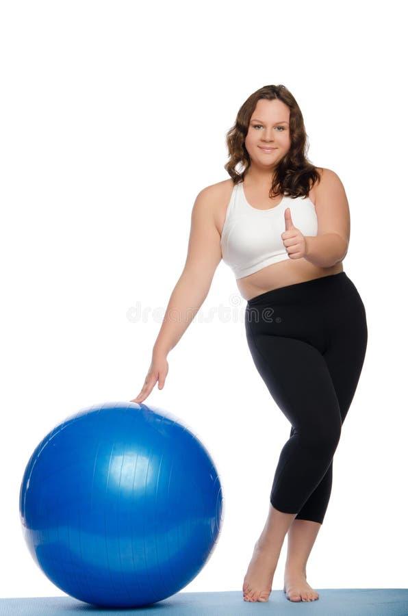 De vrouw is te zwaar met blauwe balgeschiktheid stock foto's