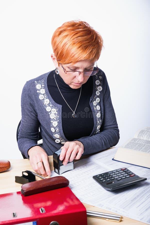 De vrouw telt belastingen stock foto's