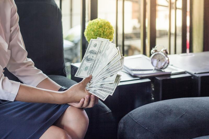 De vrouw telt geld, onderneemster die financiële adviseur werken stock foto