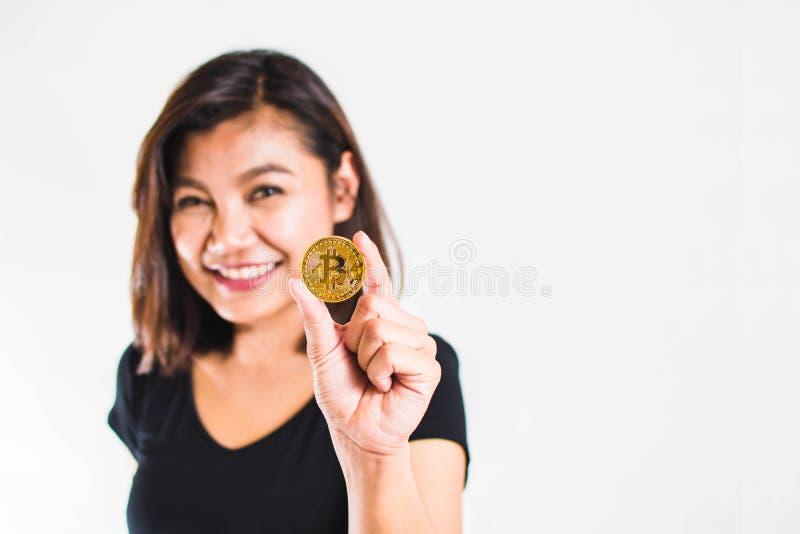 De vrouw toont Bitcoin stock foto's