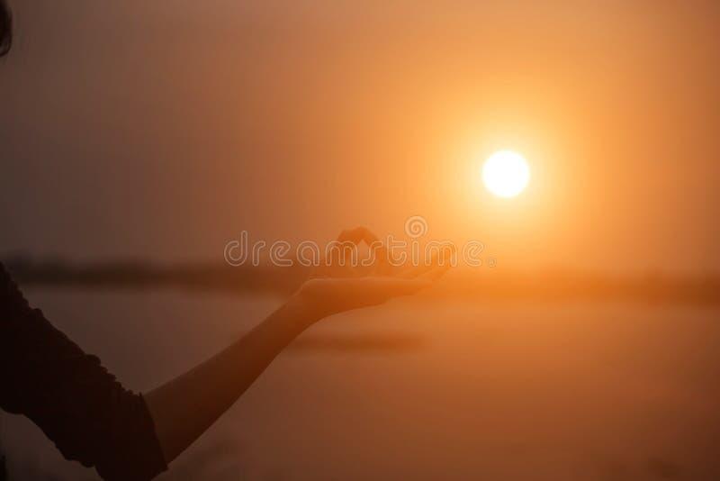 De vrouw toont hand-vorm voor de Zon stock afbeeldingen