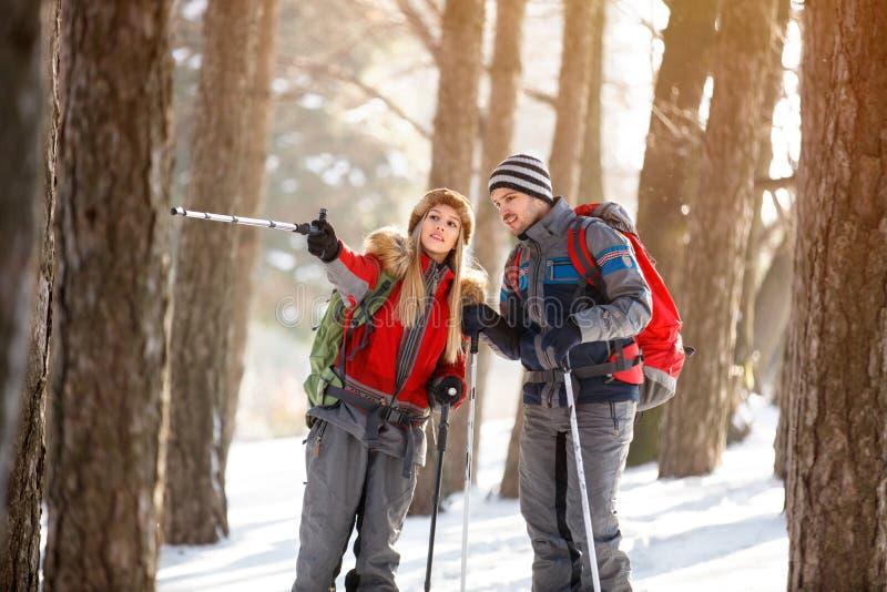 Download De Vrouw Toont Iets Aan De Mens Met Wandelstok Stock Foto - Afbeelding bestaande uit kruis, kaukasisch: 107706012