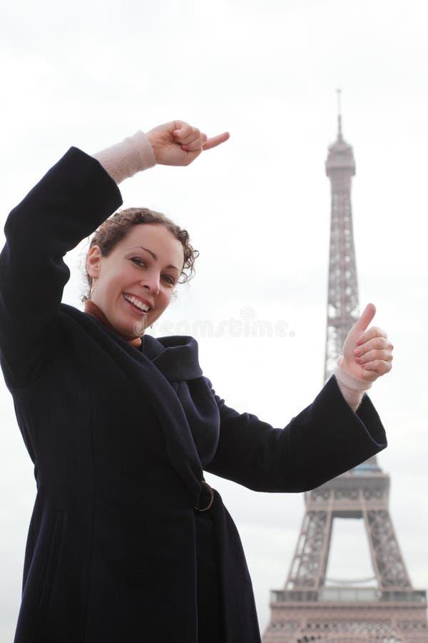 De vrouw toont met handen hoe de hoge Toren van Eiffel royalty-vrije stock fotografie