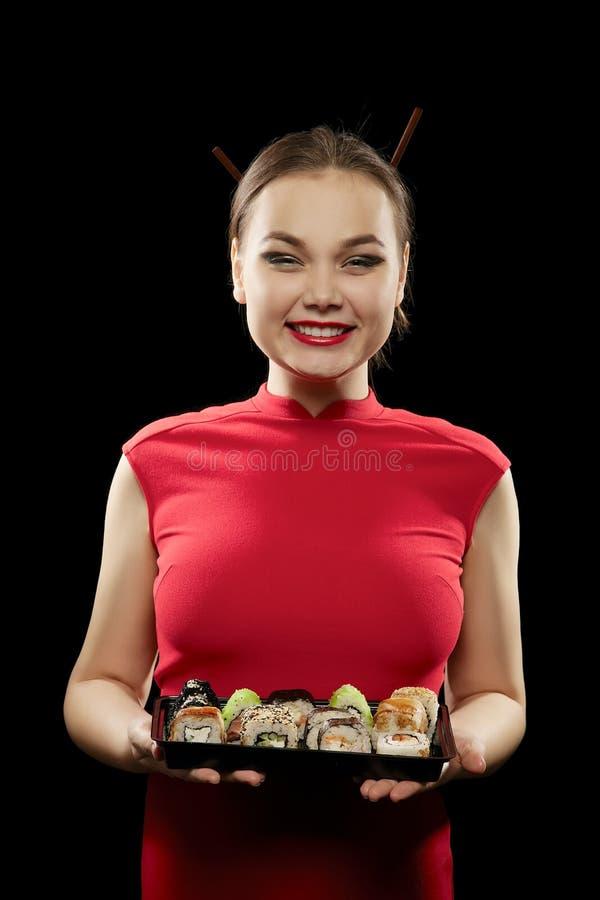 De vrouw toont sushi royalty-vrije stock afbeeldingen