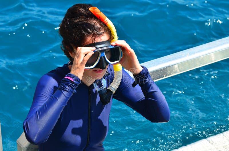 De vrouw treft aan het snorkelen voorbereidingen duikt royalty-vrije stock afbeelding