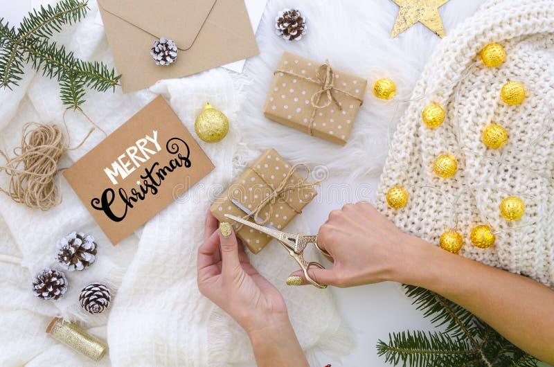 De vrouw treft voor Vrolijke Kerstmis, hand van letters voorziende prentbriefkaaren en vakjes van de pakken de met de hand gemaak stock afbeeldingen