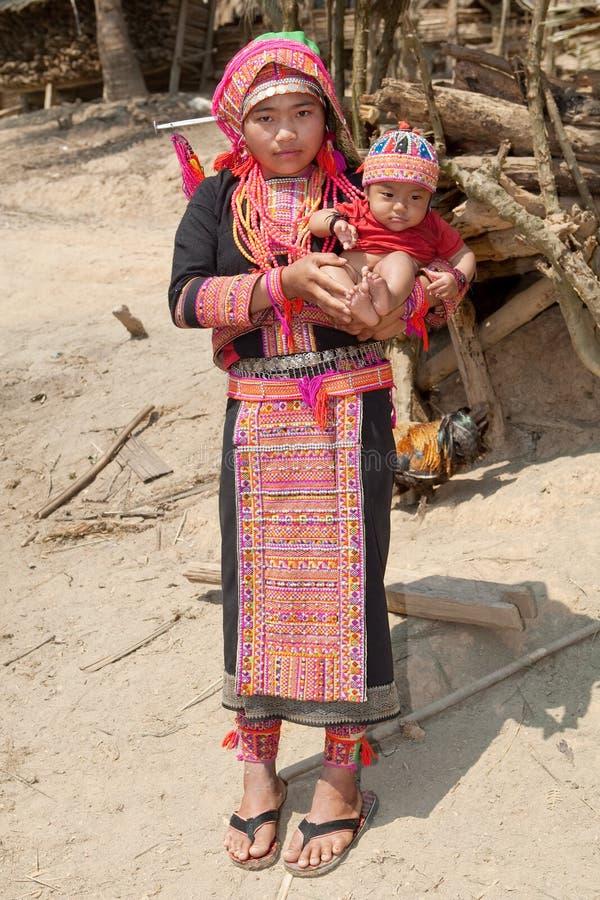 De vrouw van Akha met baby royalty-vrije stock afbeeldingen