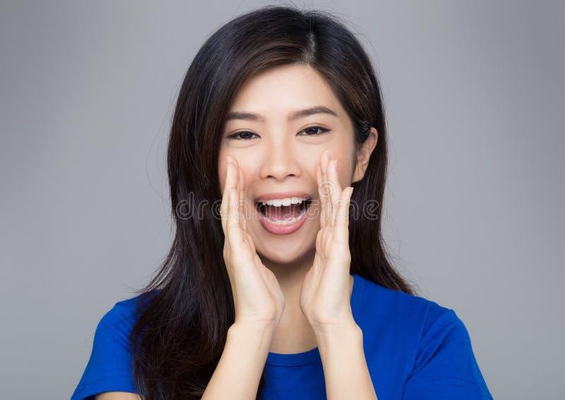 Download De Vrouw Van Azië Het Schreeuwen Stock Afbeelding - Afbeelding bestaande uit opgewekt, geïsoleerd: 39100449
