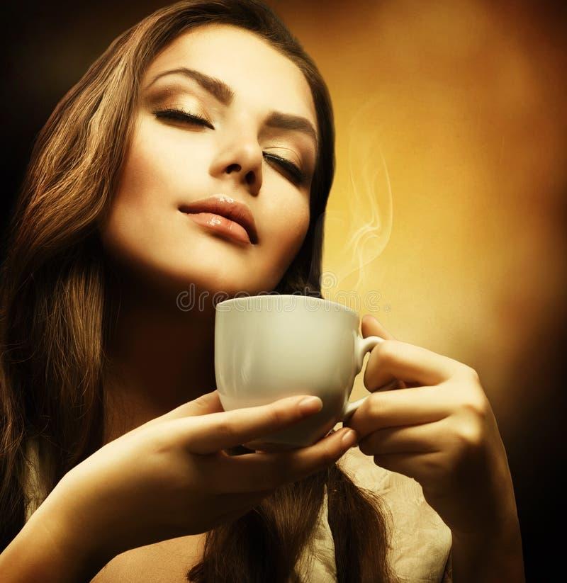 De Vrouw van Beautuful met kop van Koffie stock afbeelding