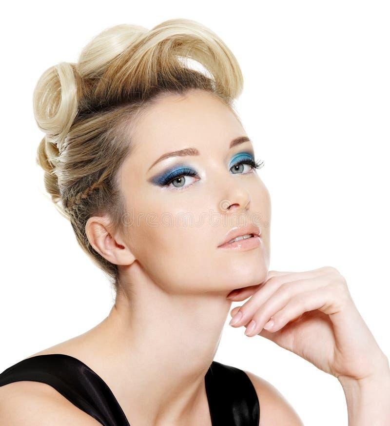 De vrouw van de aantrekkingskracht met blauw oogsamenstelling en kapsel royalty-vrije stock afbeeldingen