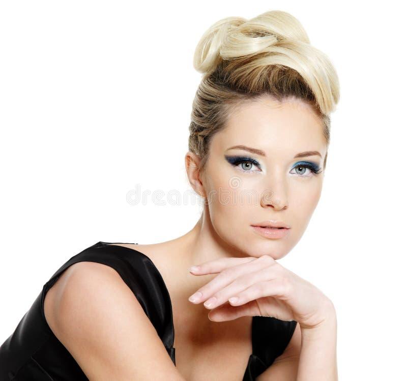 De vrouw van de aantrekkingskracht met blauw oogsamenstelling en kapsel stock afbeeldingen