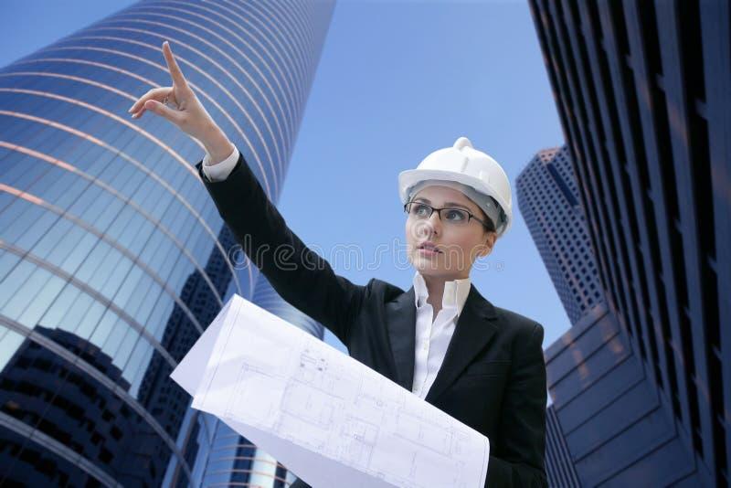 De vrouw van de architect werken openlucht met gebouwen stock afbeelding