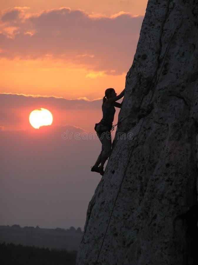 De Vrouw van de Bergbeklimming stock afbeelding