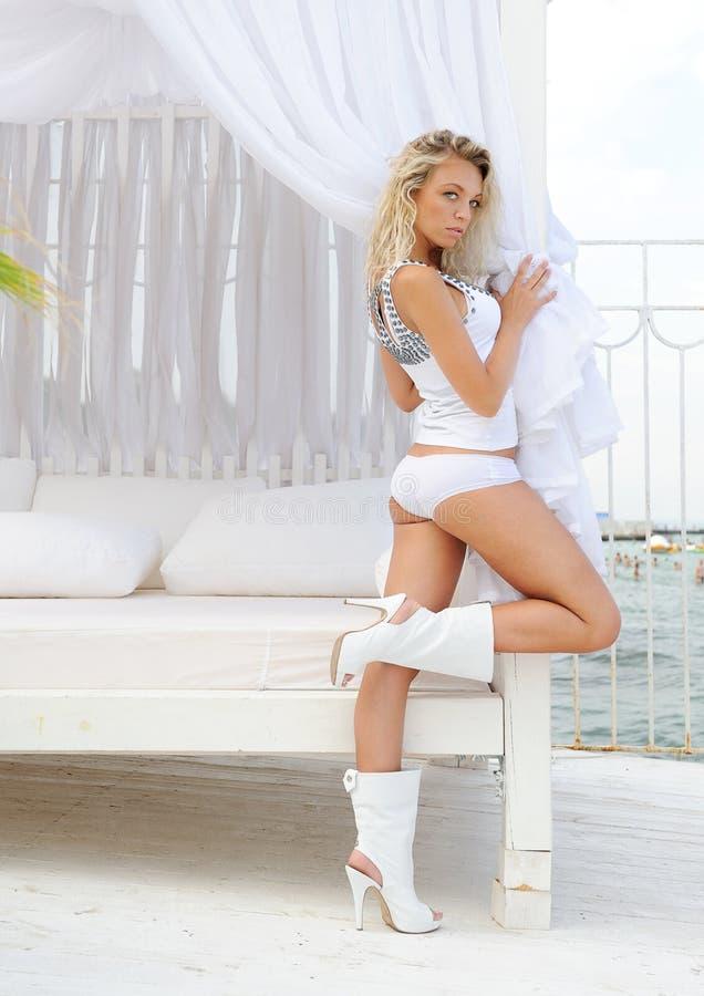 De vrouw van de blonde in bikini royalty-vrije stock afbeelding