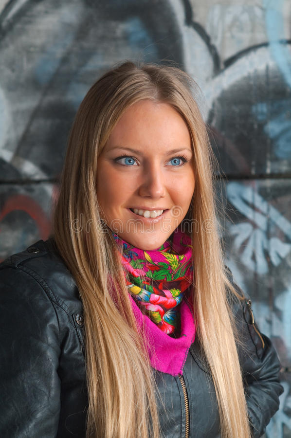De vrouw van de blonde het stellen van graffiti royalty-vrije stock afbeelding