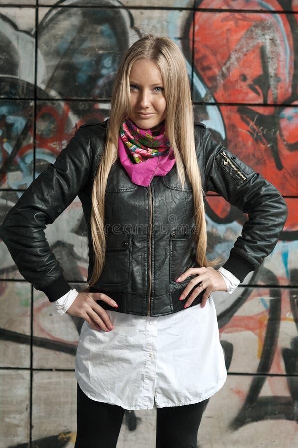 De vrouw van de blonde het stellen van graffiti royalty-vrije stock afbeeldingen