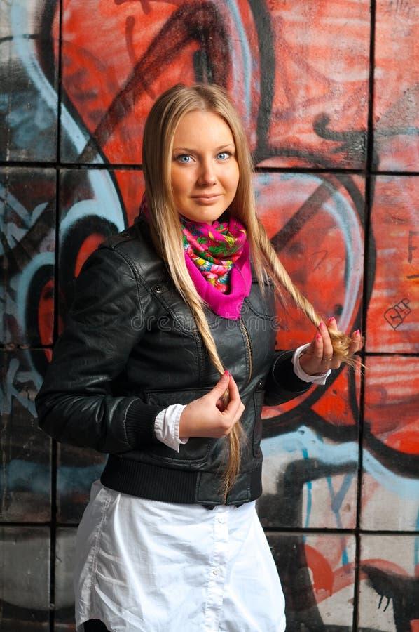 De vrouw van de blonde het stellen van graffiti royalty-vrije stock fotografie