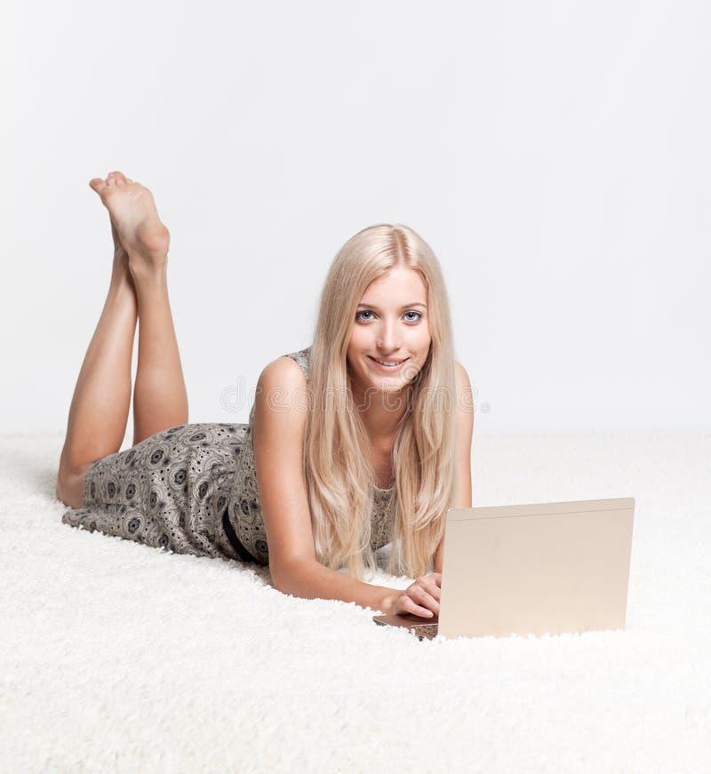 De vrouw van de blonde met laptop royalty-vrije stock foto's