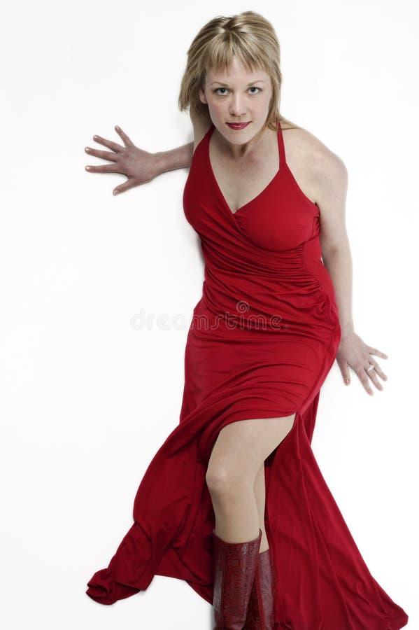 De vrouw van de blonde in rode kleding stock afbeeldingen