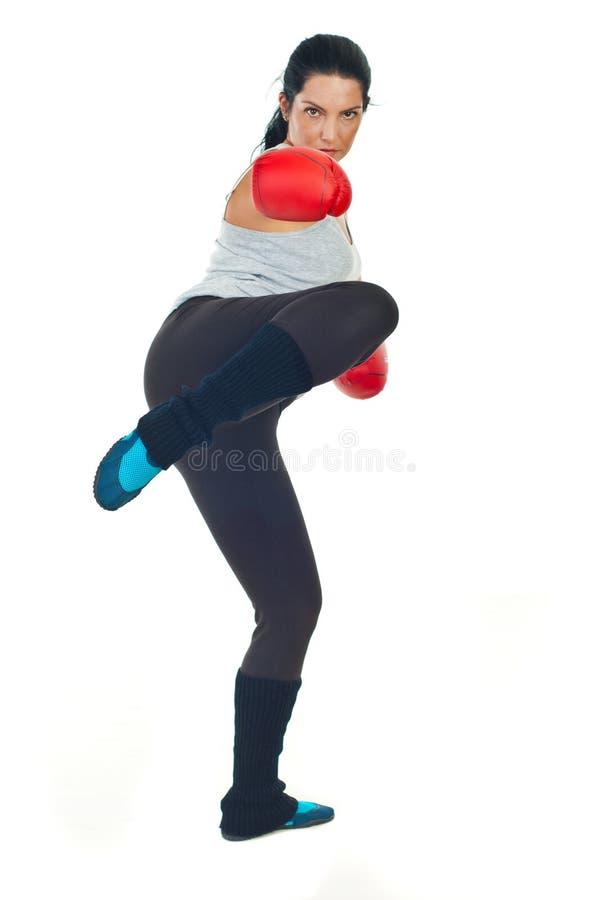 De vrouw van de bokser het schoppen stock foto's