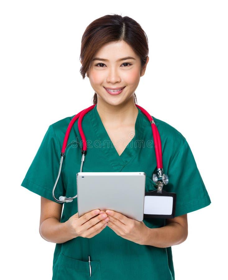 De vrouw van de chirurg arts die tabletPC met behulp van royalty-vrije stock afbeeldingen