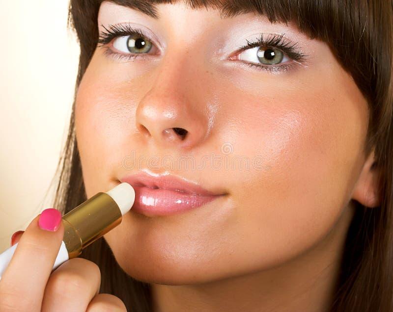 De vrouw van de close-up polijst lippen royalty-vrije stock foto