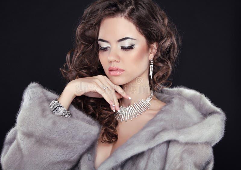 De vrouw van de de winterschoonheid in minkbontjas Modelportrai van het maniermeisje stock foto