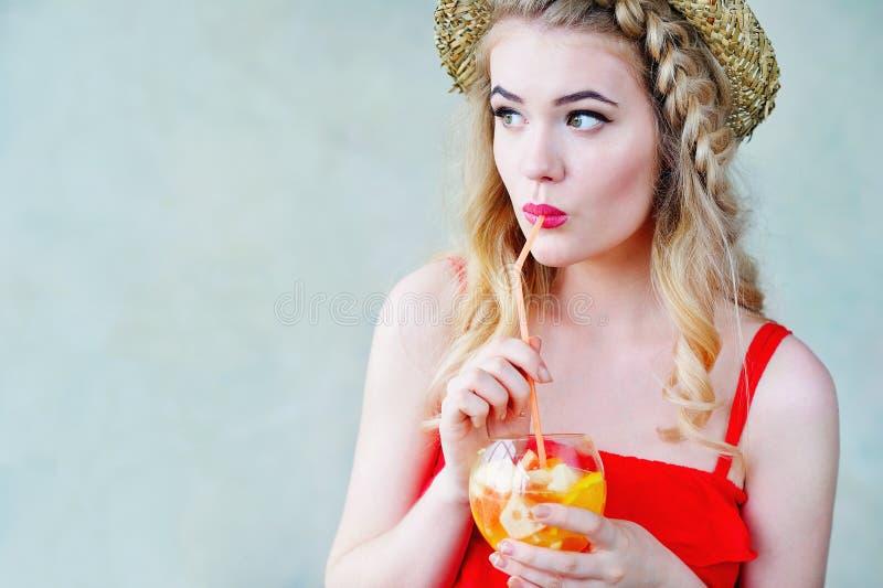 De vrouw van de de zomerstijl jonge het drinken limonade stock afbeelding