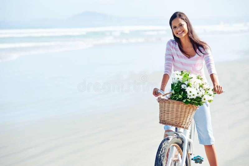 De vrouw van de fietsbloem stock foto's