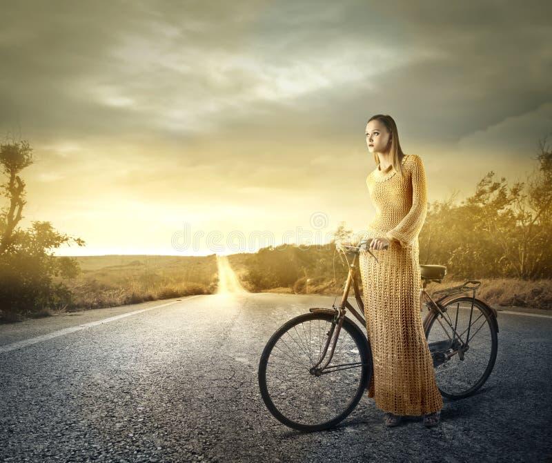 De vrouw van de fietsrit stock fotografie
