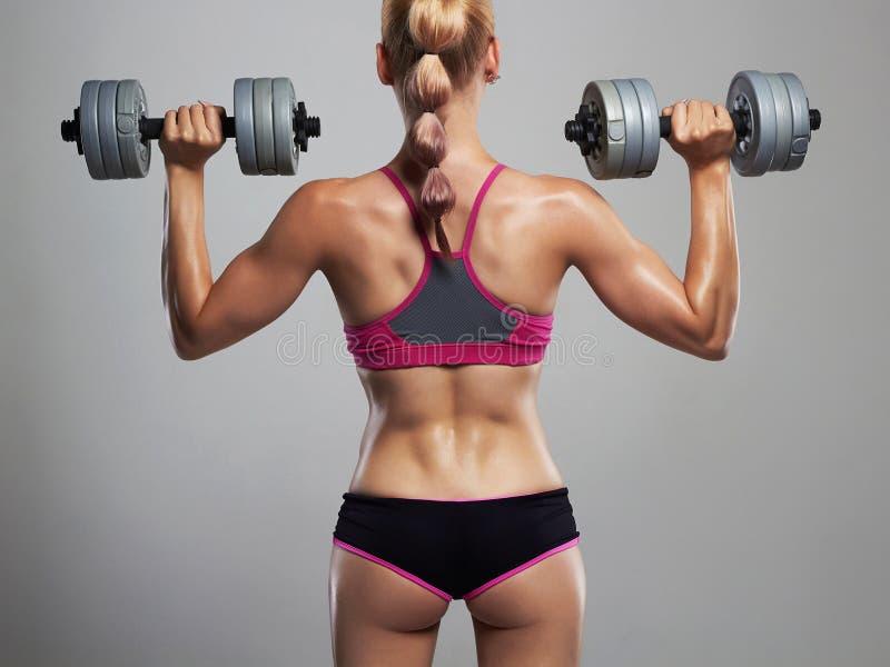 De vrouw van de geschiktheidsbodybuilder met domoren Het Meisje van de blonde Gymnastiek royalty-vrije stock afbeeldingen