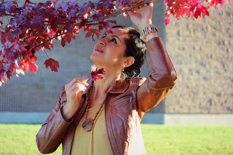 De vrouw van de herfst Mooie vrouw die in het bos op een dalingsdag loopt royalty-vrije stock foto
