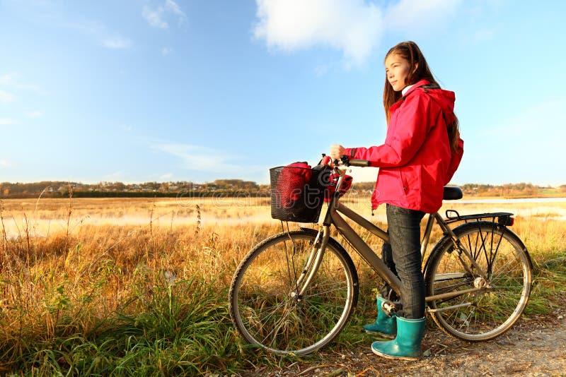 De vrouw van de herfst/van de daling het biking royalty-vrije stock fotografie