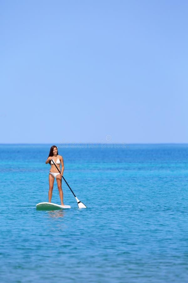 De vrouw van de het strandlevensstijl van Hawaï het paddleboarding royalty-vrije stock afbeeldingen