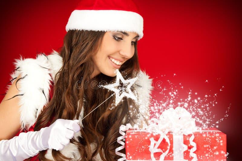 De vrouw van de kerstman met toverstokje stock foto