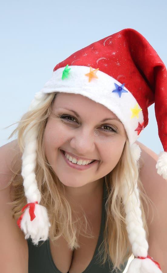 De vrouw van de Kerstman van het portret op het strand stock foto
