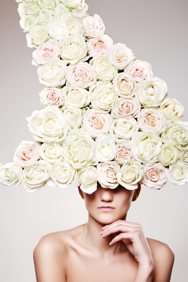 De vrouw van de luxe met een roze hoed in mannequin stelt stock foto's