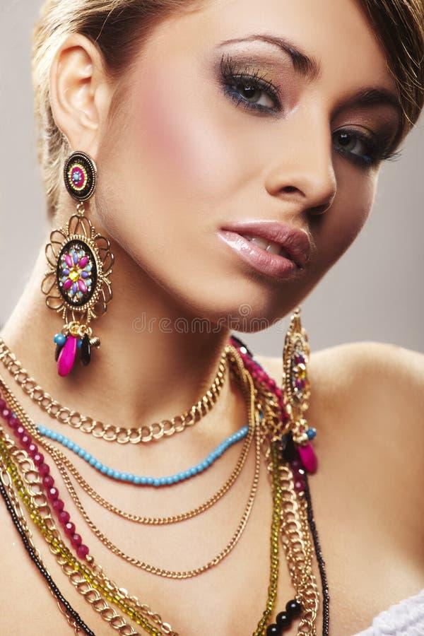De vrouw van de manier met juwelen stock afbeeldingen