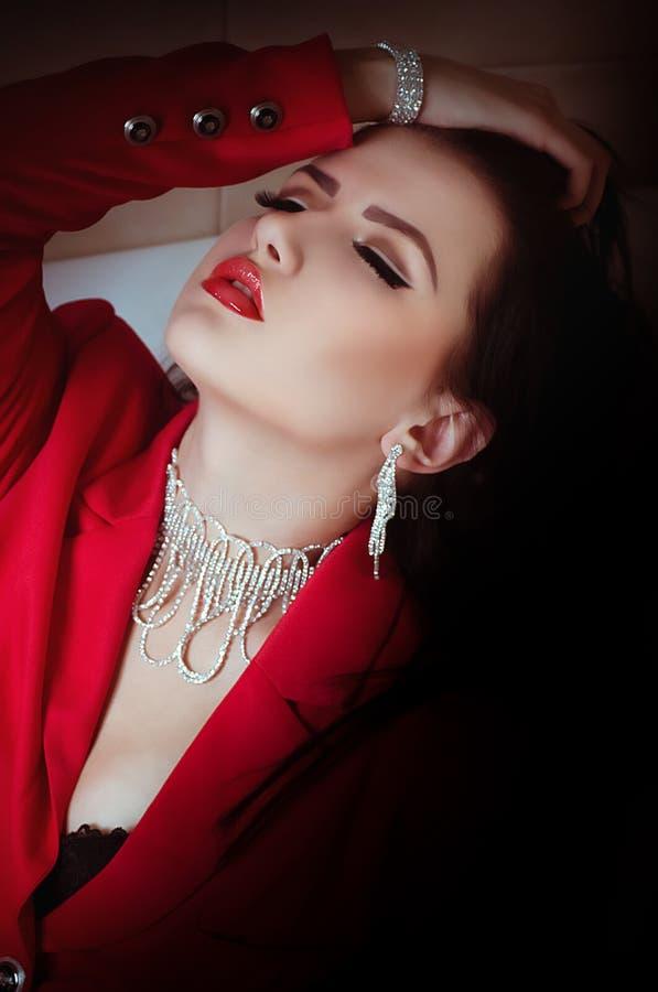 De vrouw van de manier met juwelen bijouterie. royalty-vrije stock afbeelding