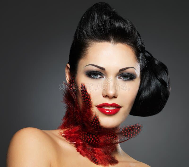 De vrouw van de manier met schoonheidskapsel en make-up stock foto's