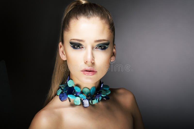Luxe. Schitterende Trendy Vrouw met Turkooise Halsband royalty-vrije stock foto