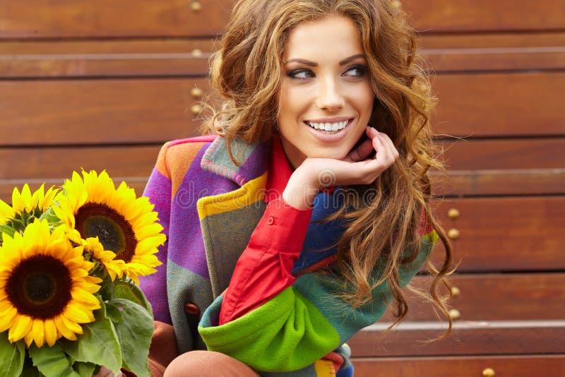 De vrouw van de manier met zonnebloem royalty-vrije stock fotografie