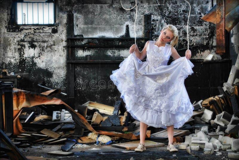 De vrouw van de marionet in ruïnes