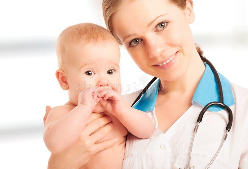 De vrouw van de pediater de baby van de artsenholding royalty-vrije stock afbeeldingen
