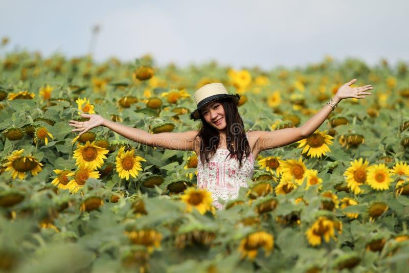 De vrouw van de pret op het gebied van zonnebloemen