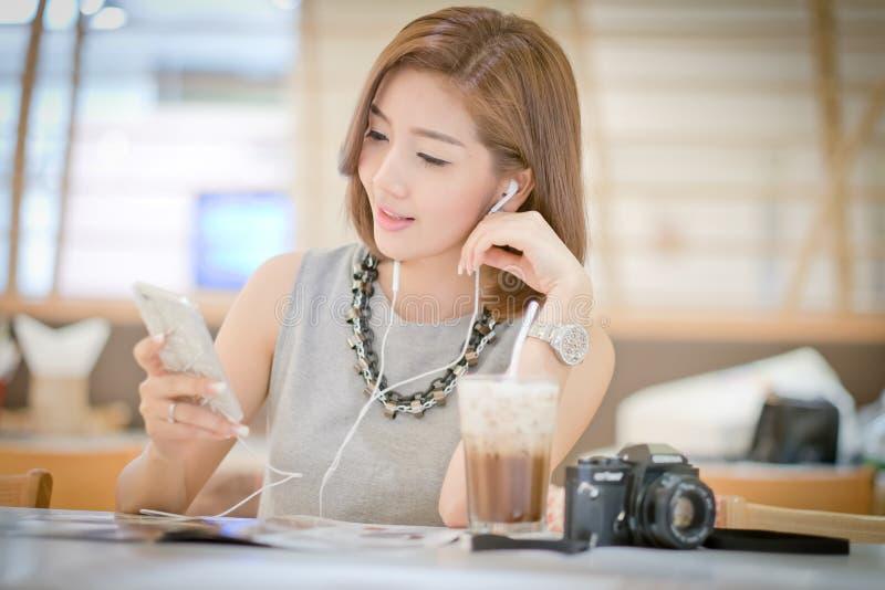 De vrouw van de reistoerist op vakantie, het Drinken koffie stock foto's