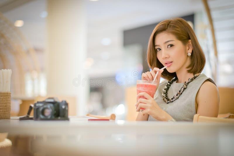 De vrouw van de reistoerist op vakantie, het Drinken watermeloensap smoot stock afbeeldingen
